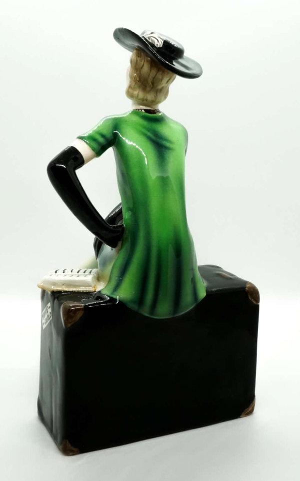 Goldscheider Keramik, Dame auf großem Koffer sitzend