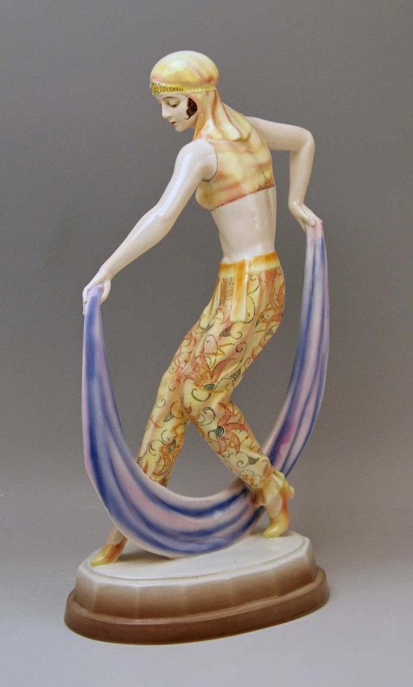 Goldscheider Keramik, Frau in arabischer Gewandung